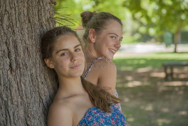 Twee meisjes in bos stock fotografie