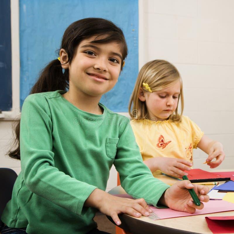 Twee Meisjes in de Klasse van de Kunst stock fotografie