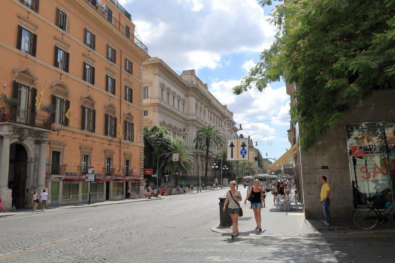 Twee meisjes die de straat kruisen bij een voetgangersoversteekplaats royalty-vrije stock fotografie