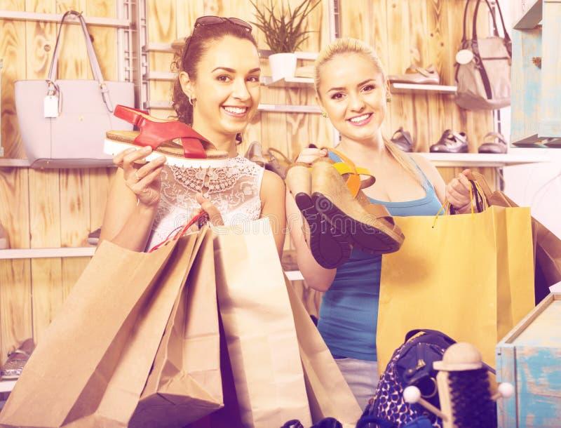 Twee meisjes die document het winkelen zakken in de boutique houden royalty-vrije stock foto