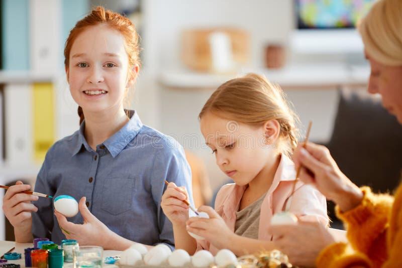 Twee Meisjes die Eieren schilderen voor Pasen royalty-vrije stock foto's