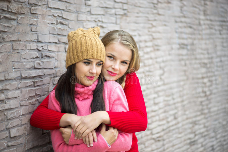 Twee meisjes die en pret koesteren hebben stock afbeelding
