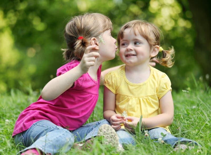 Twee meisjes die geheimen vertellen royalty-vrije stock foto