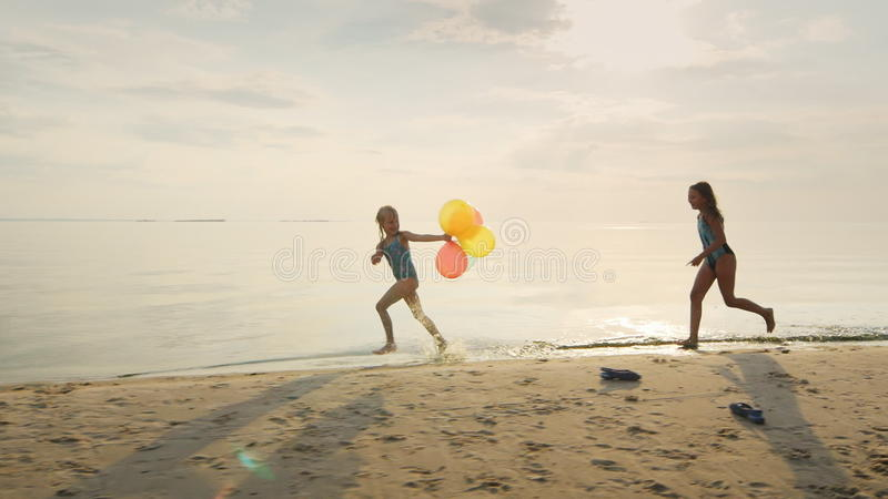 Vrouwen Lounging En Het Zonnebaden Op Een Idyllisch Strand