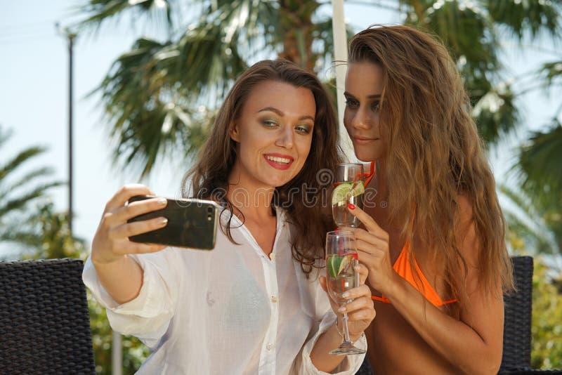 Twee meisjes die selfie maken royalty-vrije stock afbeeldingen