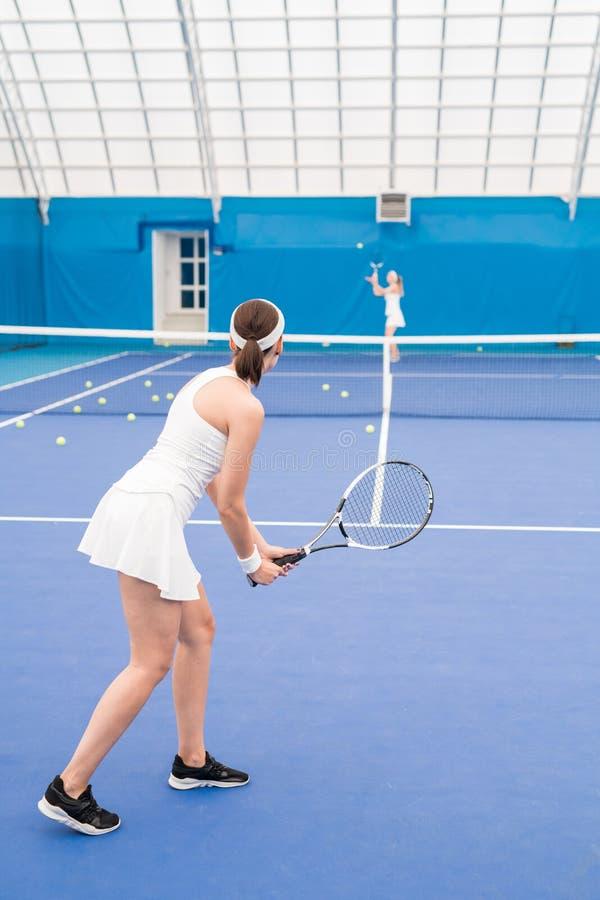 Twee meisjes die tennis spelen stock fotografie