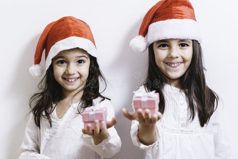 Twee meisjes die voor Kerstmis en Nieuwjaarvakantie stellen stock foto