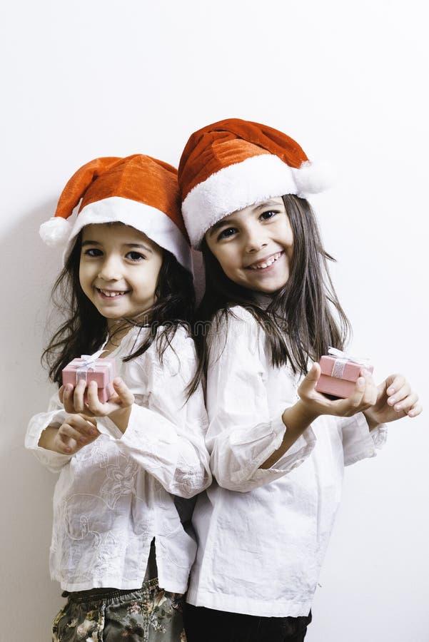 Twee meisjes die voor Kerstmis en Nieuwjaarvakantie stellen royalty-vrije stock foto's