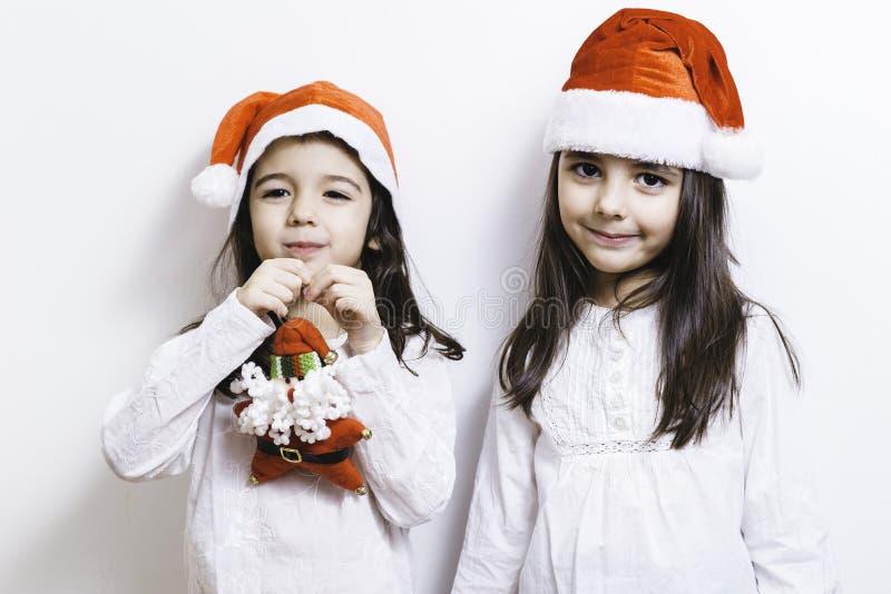 Twee meisjes die voor Kerstmis en Nieuwjaarvakantie stellen royalty-vrije stock afbeelding