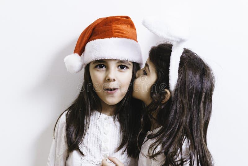 Twee meisjes die voor Kerstmis en Nieuwjaarvakantie stellen stock afbeeldingen