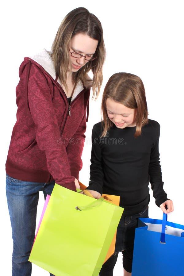 Twee meisjes die in zakken kijken stock afbeelding