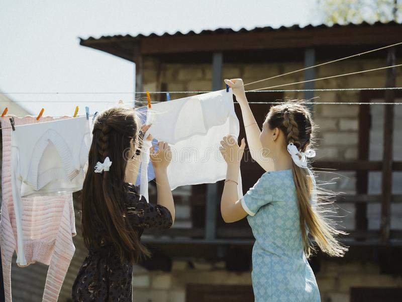 twee meisjes drogen kleren op de straat stock foto