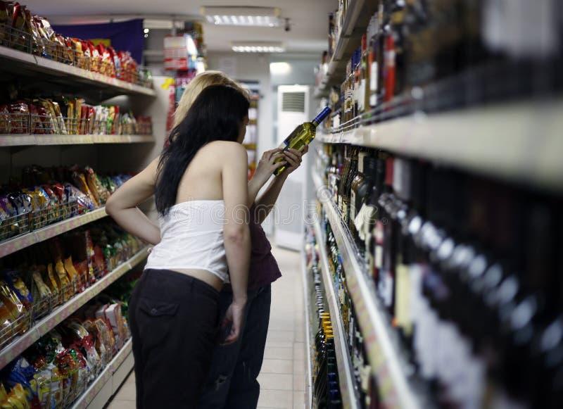 Twee meisjes in een supermarkt stock afbeeldingen