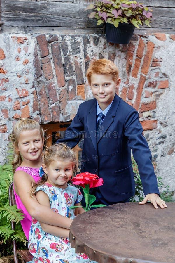 Twee meisjes en jongensspel stock afbeeldingen