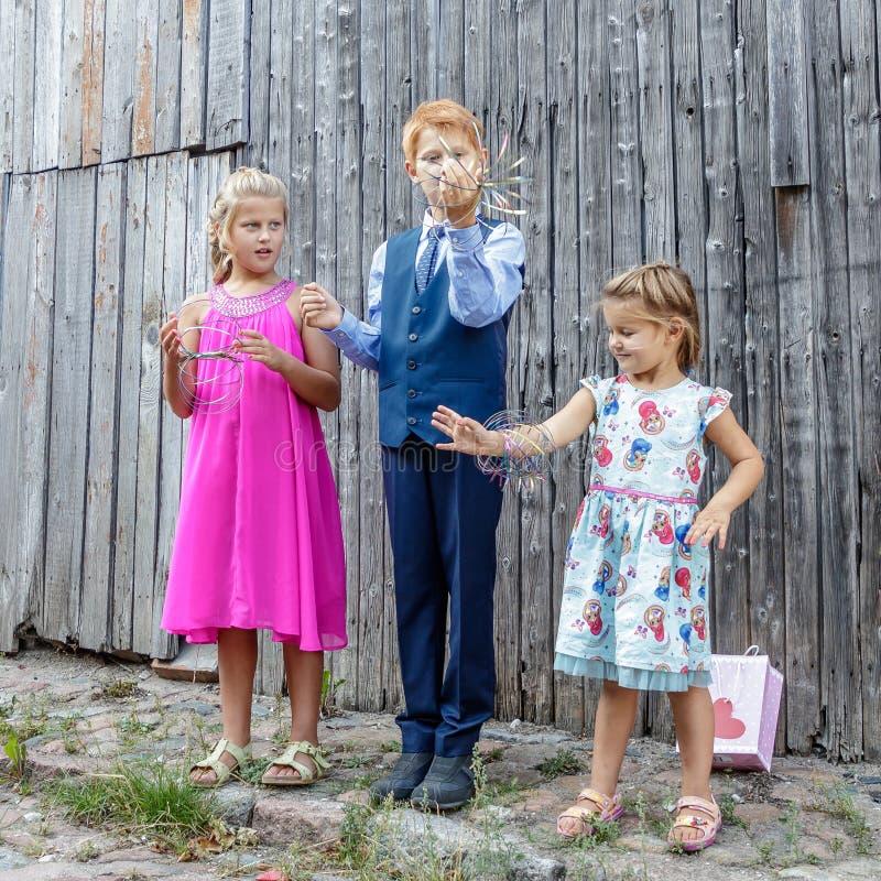 Twee meisjes en jongensspel stock fotografie