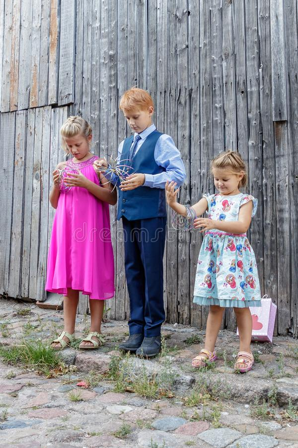 Twee meisjes en jongensspel royalty-vrije stock afbeeldingen