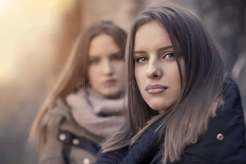 Twee meisjes in het plaatsen van zon royalty-vrije stock afbeeldingen