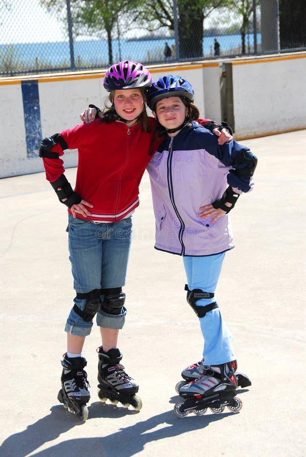 Twee meisjes het rollerblading royalty-vrije stock afbeeldingen