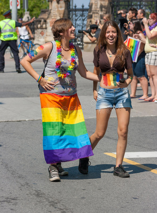 Twee Meisjes in Hoofdpride parade royalty-vrije stock afbeeldingen