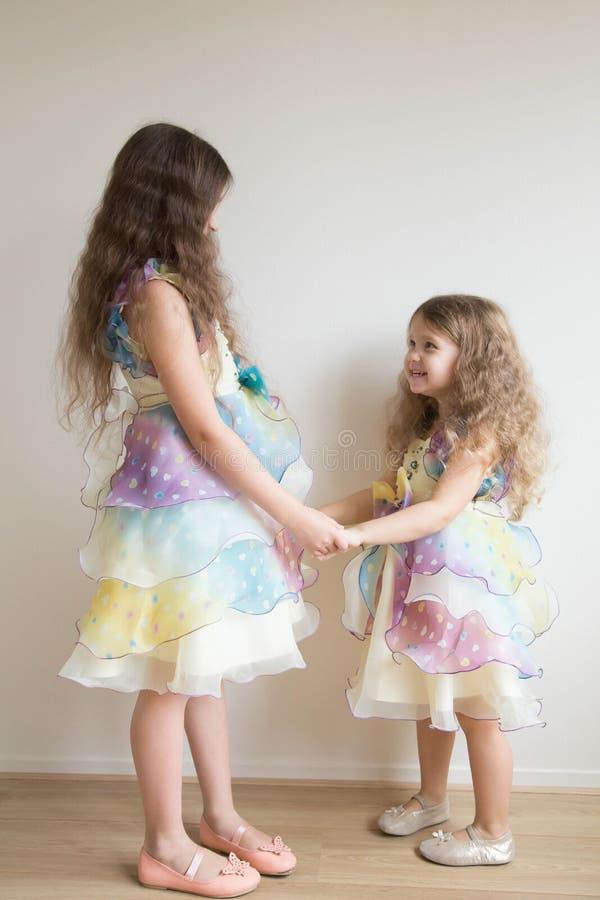 Twee meisjes houden samen handen en dans royalty-vrije stock foto's