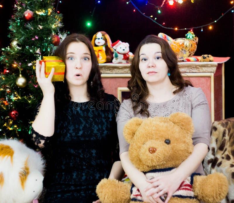 Twee meisjes in Kerstmis het plaatsen royalty-vrije stock foto