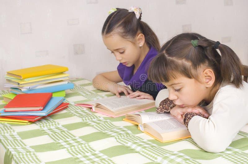 Twee meisjes lezen royalty-vrije stock foto