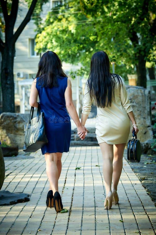 Twee meisjes lopen door de stad royalty-vrije stock foto