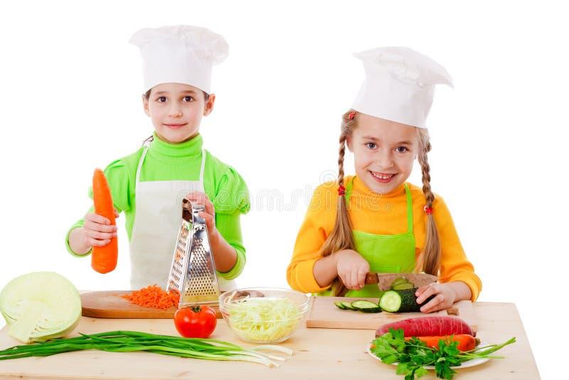 Twee meisjes maken een salade royalty-vrije stock afbeelding