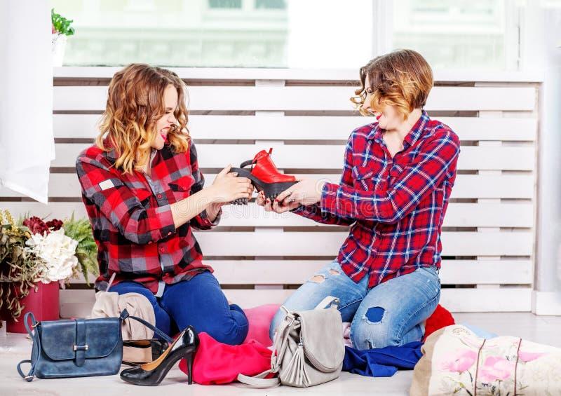 Twee meisjes maken voor schoenen ruzie Het concept manier, stijl, frie stock foto's