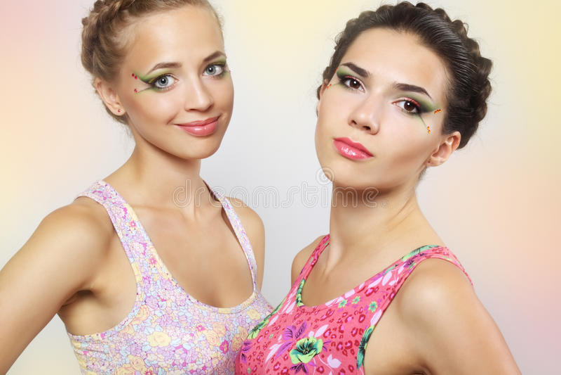 Twee meisjes met gekleurde samenstelling stock afbeeldingen