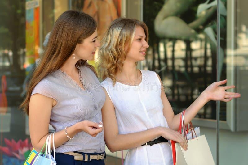 Twee Meisjes met het Winkelen Zakken royalty-vrije stock foto's