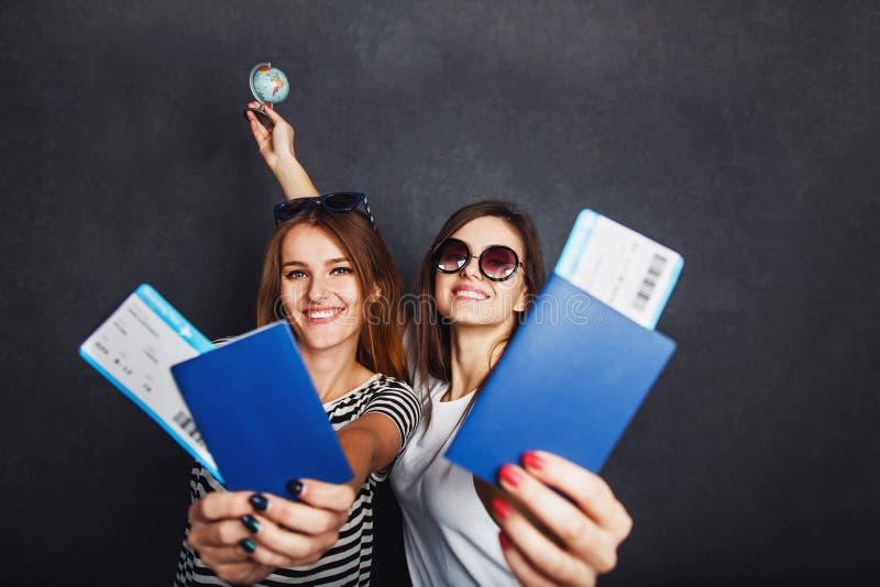 Twee Meisjes met Paspoort en Vliegtuigkaartje royalty-vrije stock foto