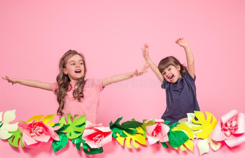 Twee meisjes op de zomer doorboren achtergrond stock foto's