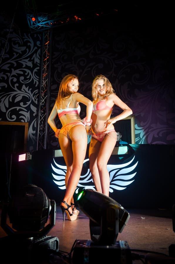 Twee meisjes op scène in de nachtclub royalty-vrije stock afbeeldingen