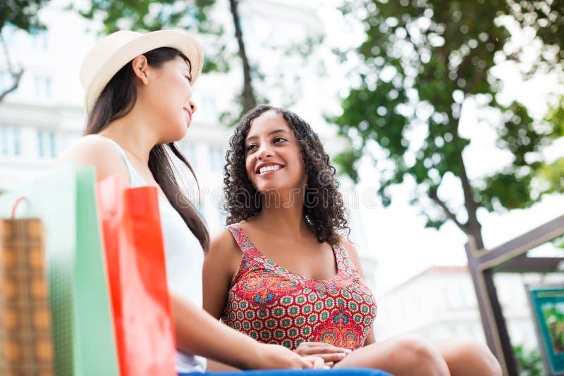 Twee meisjes in openlucht royalty-vrije stock afbeeldingen