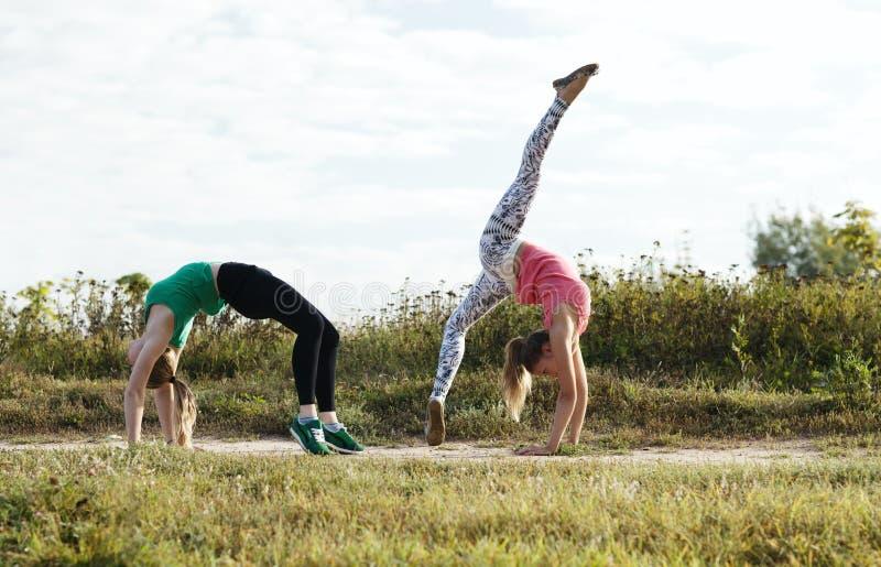 Twee meisjes opleiding stock foto
