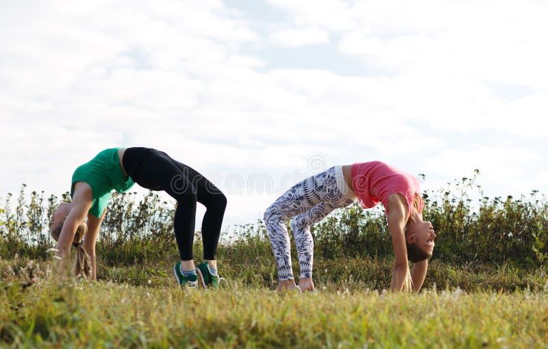 Twee meisjes opleiding royalty-vrije stock foto's