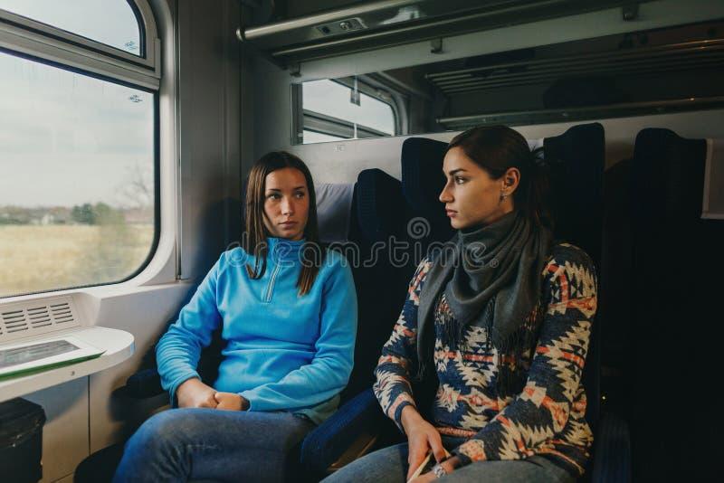 Twee meisjes reizen trein stock afbeelding