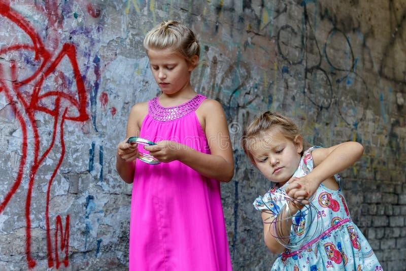 Twee meisjes spelen stock foto