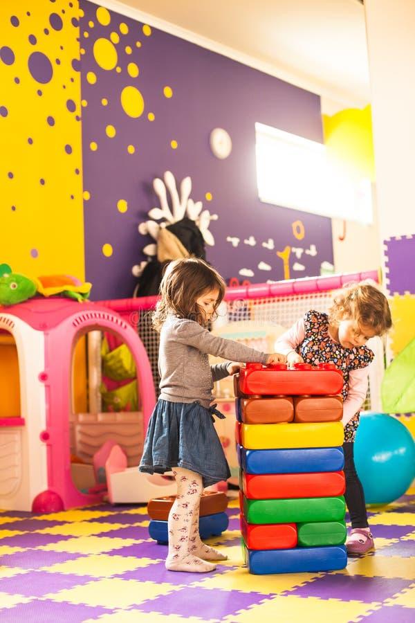 Twee meisjes spelen royalty-vrije stock afbeelding