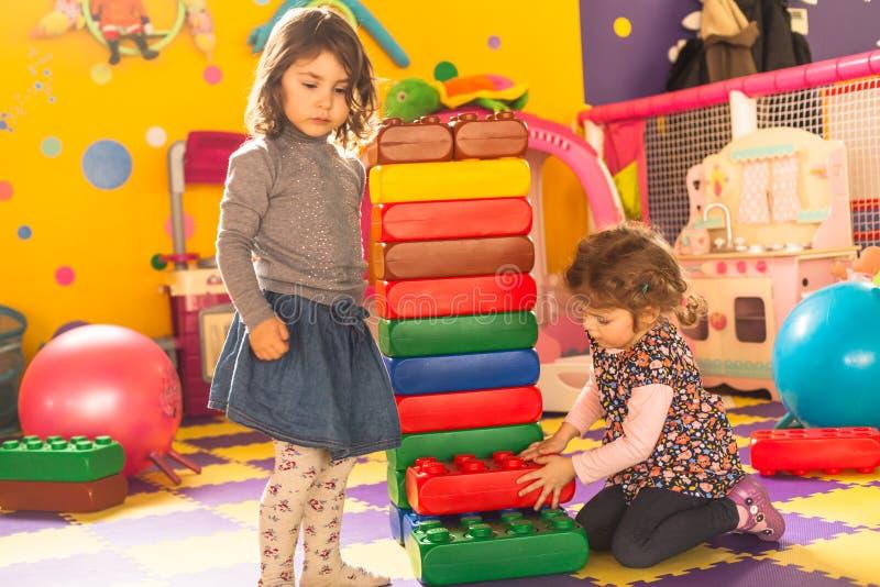 Twee meisjes spelen royalty-vrije stock afbeeldingen