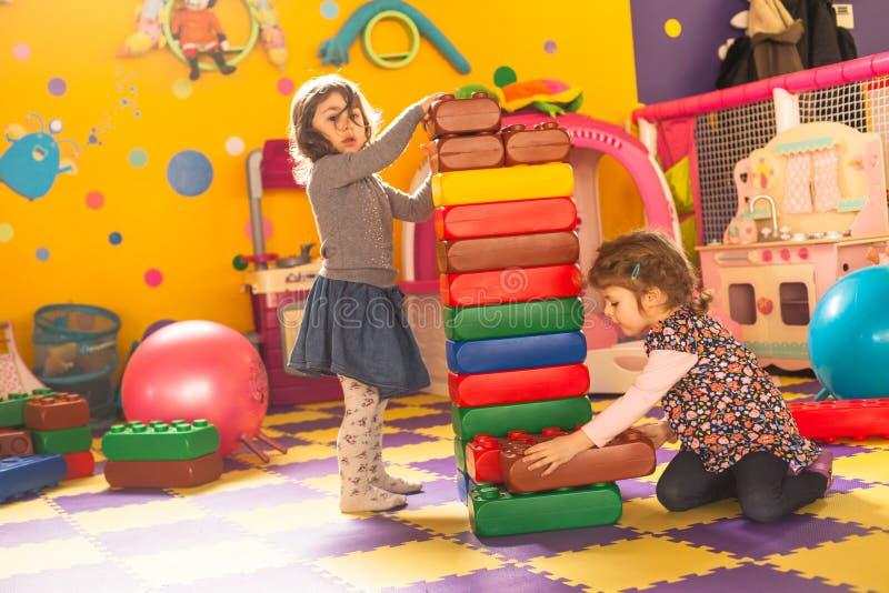 Twee meisjes spelen royalty-vrije stock foto