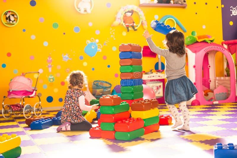 Twee meisjes spelen royalty-vrije stock foto's