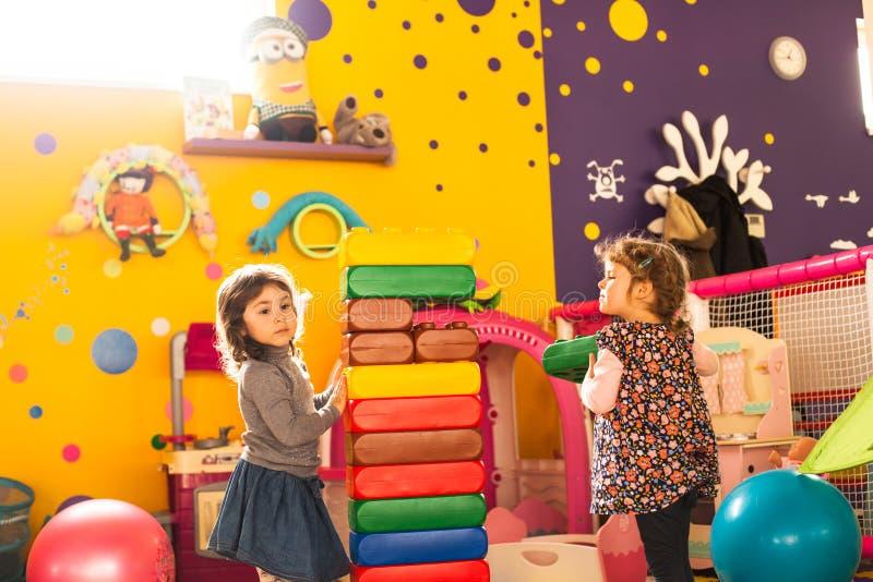 Twee meisjes spelen stock afbeelding