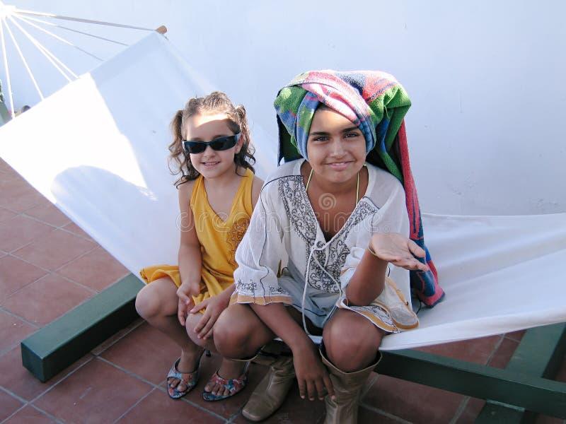 Twee meisjes spelen in een hamaca stock fotografie
