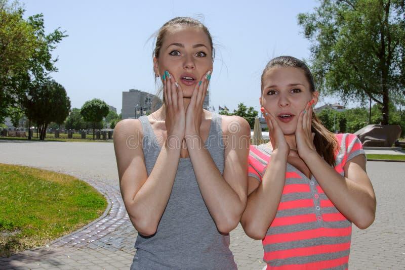 Twee meisjes tonen extreme verrassing royalty-vrije stock fotografie