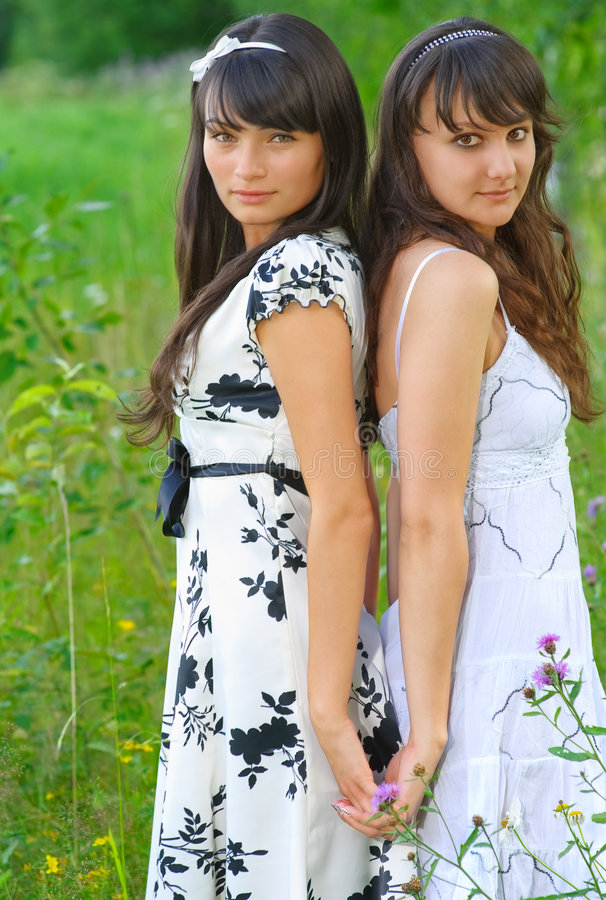 Twee meisjes in witte kleding royalty-vrije stock foto's