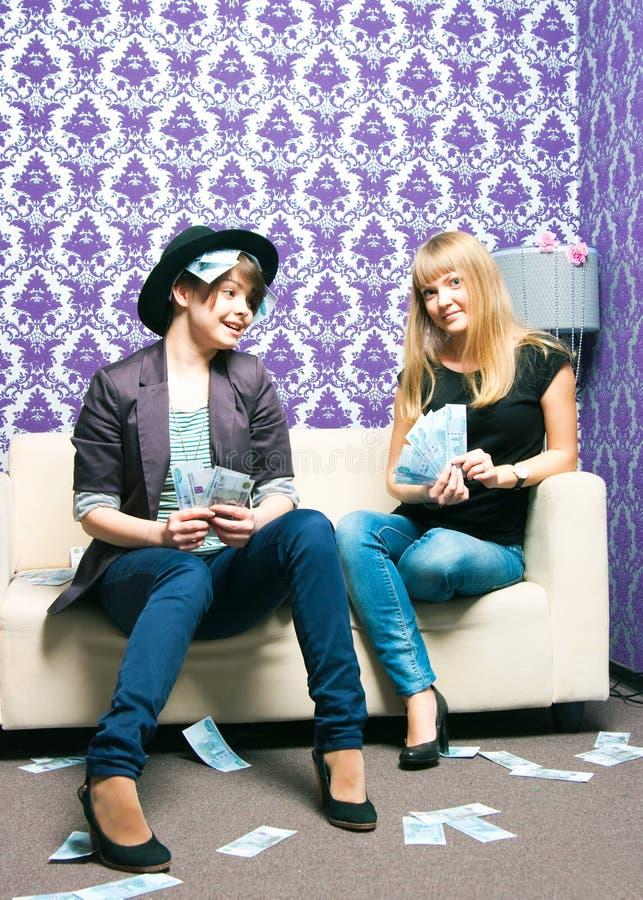 Twee meisjes verspreiden Russische roebels royalty-vrije stock afbeelding