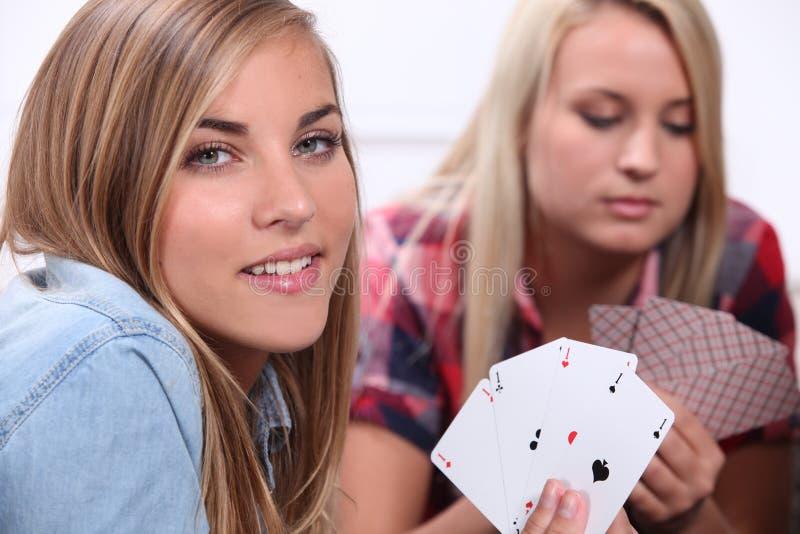 Twee meisjesspeelkaarten stock fotografie
