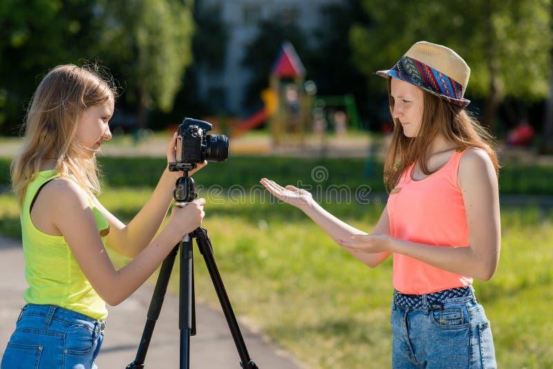 Twee meisjesvrienden De zomer in aard Vriendschappelijke mededeling Concepten het gesprek Verslag vlog en blogabonnees royalty-vrije stock afbeeldingen